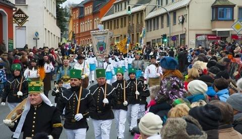 <p> Auch zum Jubiläum, der Weihnachtsmarkt fand in diesem Jahr bereits zum 275. Mal statt, säumten wieder Tausende Besucher die Straßen und schauten der Parade begeistert zu.</p>