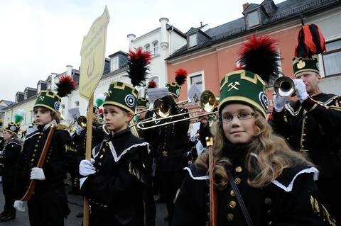 <p> Die Thumer Bergparade gehört seit Jahrzehnten traditionell zum Weihnachtsmarkt der Erzgebirgsstadt.</p>