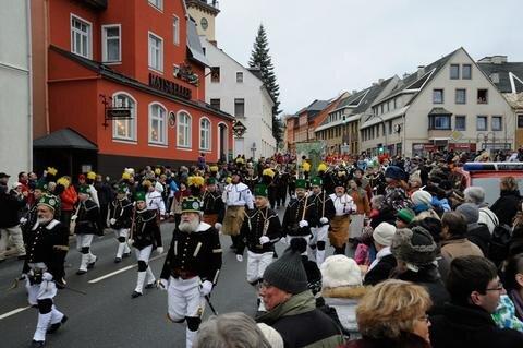 <p> Zirka 330 Berg- und Hüttenleuten sowie Musiker liefen mit. Im Folgenden weitere Bilder des Geschehens ...</p>