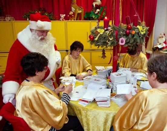 <p> In Ostdeutschlands einzigem Weihnachts-postamt in Himmelpfort (Brandenburg) sind bislang 185.000 Wunschzettel eingegangen.</p>