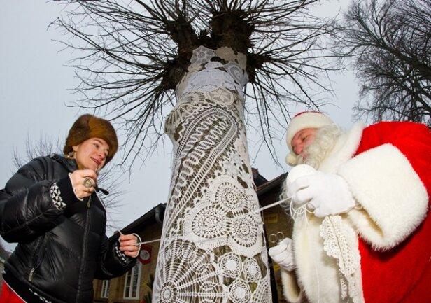 """<p> <span class=""""Text"""">Anke Domscheit-Berg ist dafür bekannt, Bäume, Straßenlaternen, Mülleimer, Bänke oder die Pfosten von Verkehrszeichen zur Verschönerung einzustricken. Nun hat Sie zwei Bäume in Himmelpfort mit rund 200 Spitzendeckchen umhüllt. Tatkräftige Unterstützung kam vom <span class=""""Query_Highlighted_Words"""">Weihnachtsmann</span>.</span></p>"""
