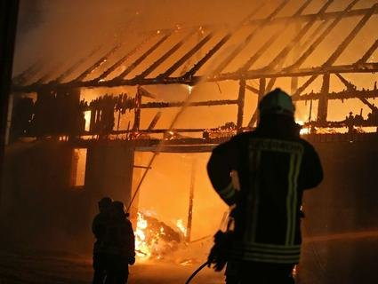 <p> Wegen der hohen Brandlast im Gebäude brannte die Scheune bis auf die Grundmauern nieder.&nbsp;</p>