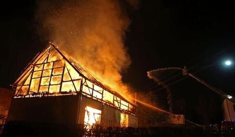 <p> Eine Scheune ist in der Neujahrsnacht in Neuwürschnitz ein Raub der Flammen geworden.&nbsp;</p>