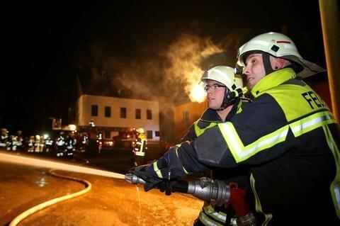 <p> Möglicherweise wurde das Feuer durch einen Feuerwerkskörper ausgelöst. Im Folgenden weitere Bilder des Geschehens ...</p>