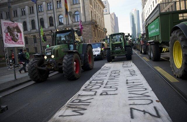 """<p> Unter dem Motto """"Wir haben Agrarindustrie satt"""" forderten die Teilnehmer am Rande der Grünen Woche von der Bundesregierung eine agrarpolitische Wende, bei der auch Traktoren rollten.</p>"""