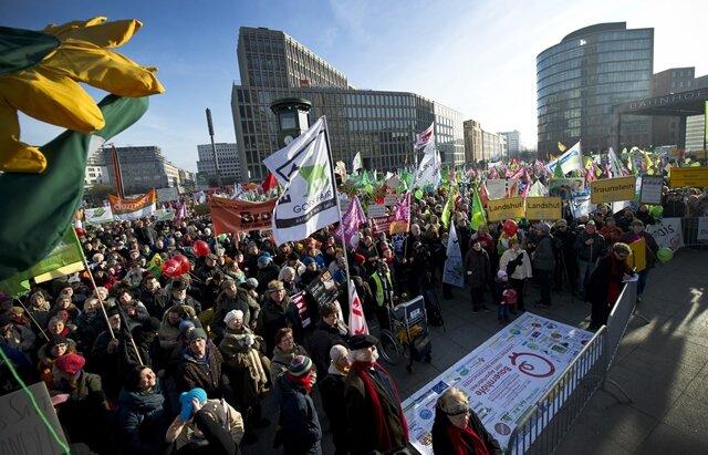 <p> Die Arbeitsgemeinschaft bäuerliche Landwirtschaft hatte den Protest nach Polizeiangaben mit rund 10.000 Teilnehmern angemeldet.</p>