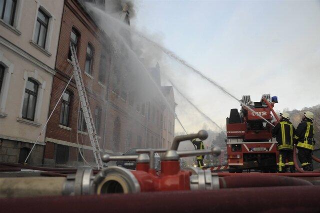 <p> Zehn weitere Personen wurden verletzt, darunter drei Kinder und zwei Feuerwehrleute.</p>