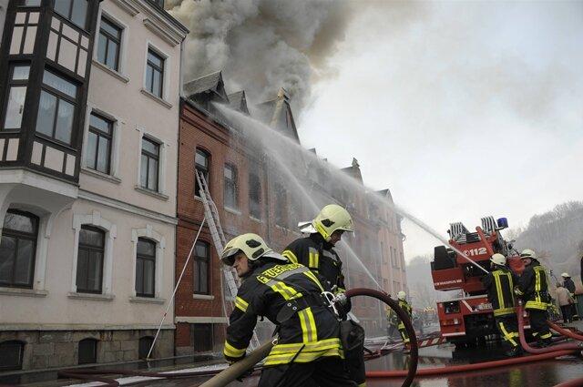 <p> Die Explosion hatte sich aus noch ungeklärter Ursache am Nachmittag ereignet, der darauf folgenden Brand richtete weiteren erheblichen Schaden an.</p>