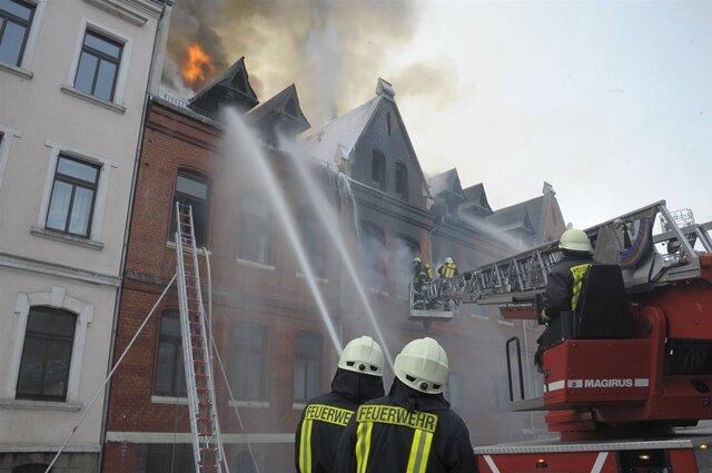 <p> Bei einer Explosion in einem Mehrfamilienhaus in Mylau (Vogtlandkreis) ist am Samstag ein Mensch ums Leben gekommen.</p>