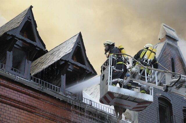 <p> Eine Frau und ihre beiden Kinder mussten über das Dach und das Nachbarhaus von der Feuerwehr in Sicherheit gebracht werden.</p>