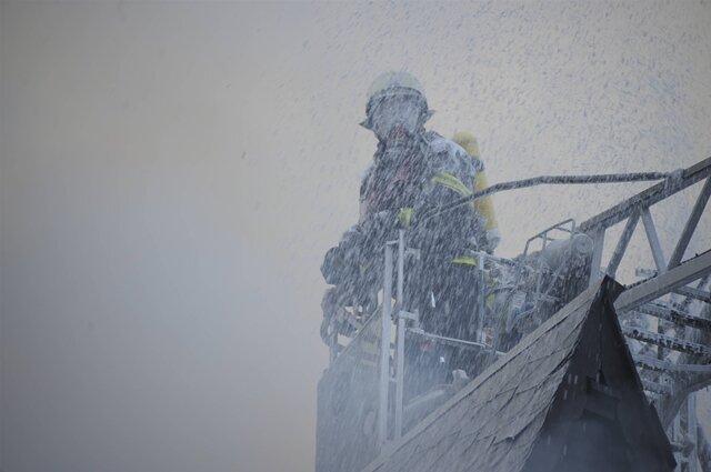 <p> Im Verlauf des Nachmittags fand die Feuerwehr in der Wohnung, von der die Explosion ausging, einen Leichnam.</p>