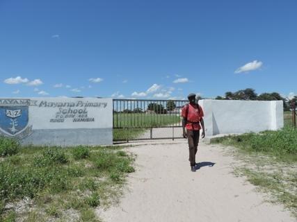<p> Der Eingang zur Schule und der Zaun rings um die Schule ist erneuert worden, vor zwei Jahren war die Mauer eingefallen</p>
