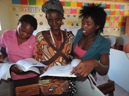 <p> Maria erklärt den Eltern was die Kinder in der Schule lernen</p>