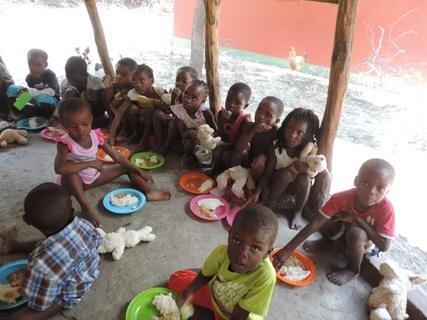 <p> Selbst zum Mittagessen haben die Kinder ihre Stofftiere nicht aus der Hand gegeben</p>