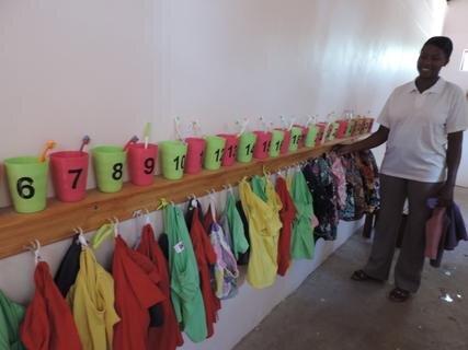 <p> Nach dem Duschen und Zähne putzen am Morgen ziehen die Kinder bunte Schulkleidung an</p>
