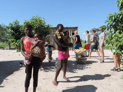 <p> Besuch eines Kraals, deren Familie Hilfe benötigt. Die Mutter (nicht auf dem Foto) hat AIDS und kann nicht stillen, zwei ihrer Kinder und ein Enkelkind haben HIV.</p>