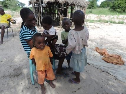 <p> Der Großvater dieser Kinder ist verhungert, die Enkelkinder dürfen jetzt 3 Monate nicht trommeln in Ehrfurcht vor ihrem verstorbenen Madala.</p>