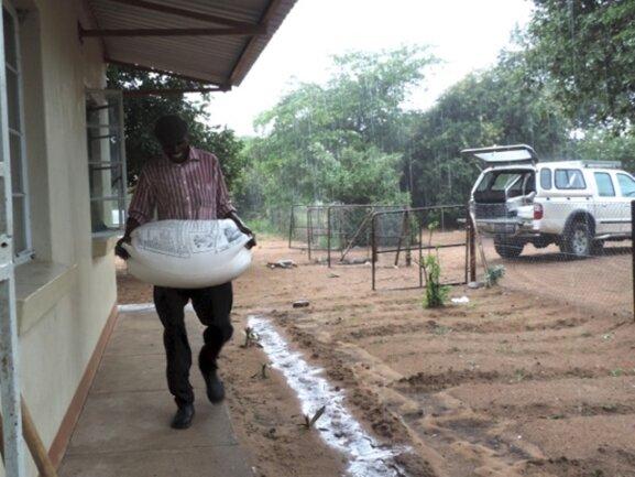 <p> Es gießt in Strömen. Wir bringen trotz allem das Maismehl zur Schule, damit die hungrigen Mäuler endlichgestopft werden können.</p>