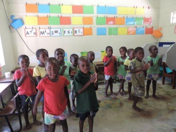 <p> In Vorbereitung auf die Schule erlernen die 4-jährigen bereits die Englische Sprache.</p> <p> &nbsp;</p>