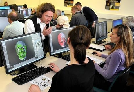 <p> Das Studium umfasst aber auch die Analyse von Videos mit Hilfe des Computers sowie die digitale Gesichtsrekonstruktion, forensische Toxikologie und Akustik sowie Untersuchungen mit dem Elektronenmikroskop.</p>