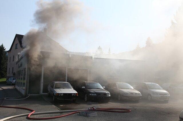 <p> Am Samstagnachmittag musste die Freiwillige Feuerwehr Lauter und Aue zu einem Brand in einem Autohaus an der B101 ausrücken.</p>