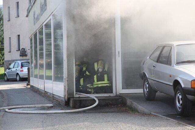 <p> Nach der Löschaktion im Inneren des Gebäudes wurde das Dach mit einer Wärmebildkamera kontrolliert, um eventuelle Brandherde auszuschließen.</p> <p> &nbsp;</p> <p> &nbsp;</p>