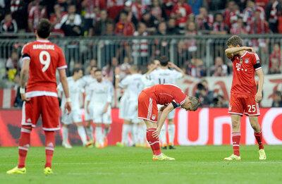 <p> Fassungslosigkeit bei den Bayern nach dem 0:3.</p>