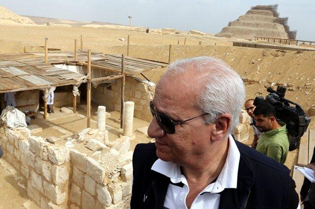 <p> Der Minister für Altertümer, Mohammed Ibrahim, erklärte am Donnerstag vor Journalisten in Sakkara bei Kairo, das Grabungsteam unter der Leitung der Ägyptologin Ola al-Aguizi habe das Grab des hohen Beamten etwa auf die Zeit zwischen 1292 und 1070 v. Chr. datiert.<br /> &nbsp;</p>