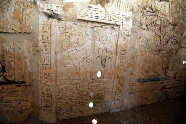 """<p> Der Besitzer des Grabes, das mit gut erhaltenen Reliefs geschmückt wurde, war gemäß den Inschriften zuständig für die Buchführung über die Aktivitäten der Streitkräfte und die Beziehungen zu """"ausländischen Herrschern"""".&nbsp;</p>"""