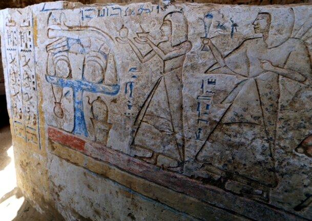 <p> Das Grab liegt in der Nähe des Aufweges zur Pyramide des Unas.<br /> &nbsp;</p>