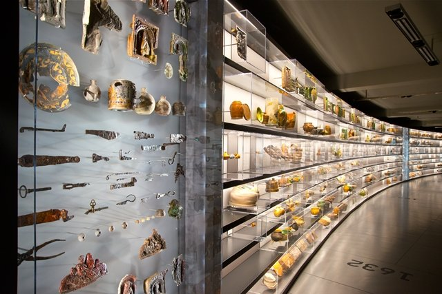 """<p> Alleine die 1300 Objekte der """"Alltagswand"""" genannten Schau-Front in der dritten Etage erzählen 1300 Geschichten – von Sparbüchsen, Ofenkacheln, Spielzeugfiguren, von Krügen, Gläsern und sonstigem Geschirr.</p>"""