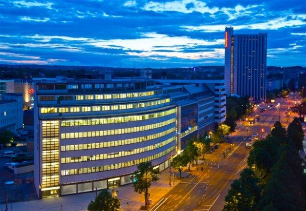 <p> Licht an – durch die Chemnitzer Nacht leuchtet das einstige Kaufhaus Schocken, das ab morgen als Sachsens Staatliches Museum für Archäologie geöffnet haben wird.</p>