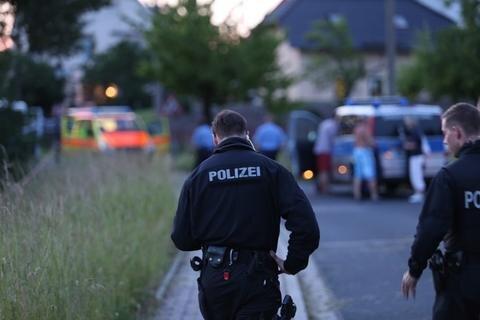 <p> Der Verdächtige soll auch den Streifenwagen beschossen haben, eine Polizistin erlitt einen Schock.</p>