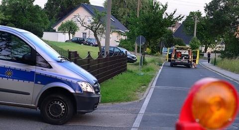 <p> Seither fahndete die Polizei nach ihm. Bis Dienstagnachmittag fehlte trotz umfangreicher Fahndung mit Hubschraubern und rund 100 Beamten aus Sachsen, Thüringen und Hessen zunächst jede Spur von dem 53-Jährigen und dem Fluchtauto, einem schwarzen Audi. Das Paar lebte in Trennung.</p>