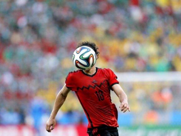 <p> Der Mexikaner Andres Guardado scheint seinen Kopf für das Spiel gegen Brasilien mit dem WM-Ball vertauscht zu haben. Foto: Sergey Dolzhenko<br /> 17.06.2014 (dpa)</p>