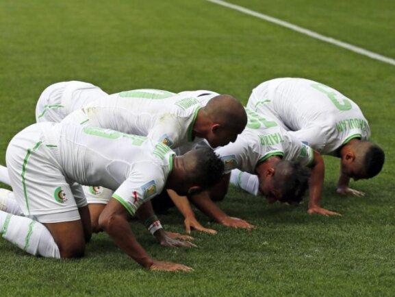 <p> Nach dem Treffer zur 1:0-Führung gegen Belgien lassen sich Algeriens Spieler zu einem kurzen Stoßgebet an der Eckfahne nieder. Foto: Dennis Sabangan<br /> 17.06.2014 (dpa)</p>
