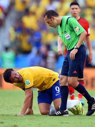 <p> Der türkische Schiedsrichter Cuneyt Cakir wendet sich dem gefoulten Fred zu. Foto:&nbsp;Georgi Licovski<br /> 17.06.2014 (dpa)</p>
