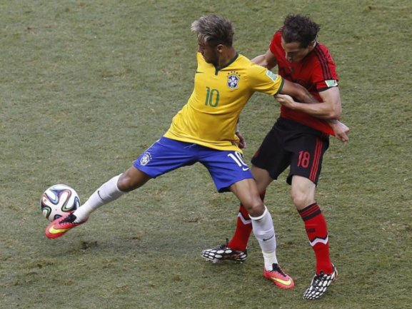 <p> Neymar hat Mühe gegen das Zerren seines mexikanischen Gegners auf den Beinen zu bleiben. Foto: Chema Moya<br /> 17.06.2014 (dpa)</p>