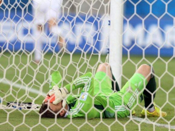 <p> Der russische Torwart Igor Akinfejew hadert mit seinem Fehler, der zum 1:0 für Südkorea führte. Foto: Jose Coelho<br /> 18.06.2014 (dpa)</p>