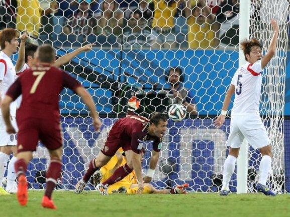 <p> Der eben eingewechselte Russe Alexander Kerschakow (M) hat den Treffer zum 1:1 gegen Südkorea erzielt. Foto:&nbsp;Jose Coelho<br /> 18.06.2014 (dpa)</p>