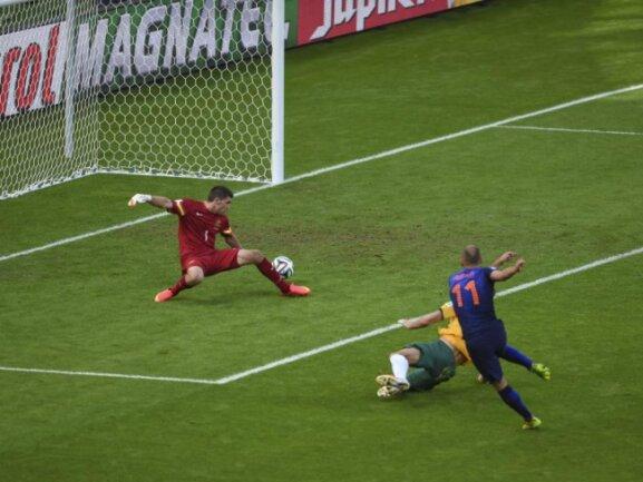 <p> Nicht aufzuhalten und seit Wochen in Topform: Arjen Robben (l) zieht davon und erzielt das 1:0 gegen&nbsp;Australien. Foto: Lukas Coch<br /> 18.06.2014 (dpa)</p>