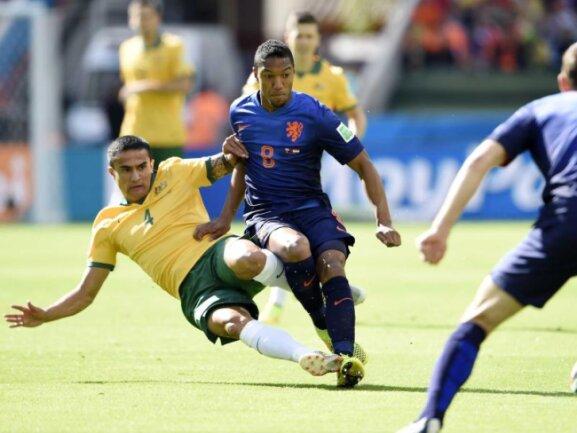<p> Australien hielt dagegen und liefert den&nbsp;Niederländern einen großen Kampf. Tim Cahill fliegt zur Grätsche ein. Foto: Jasper Ruhe<br /> 18.06.2014 (dpa)</p>