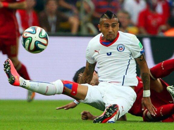 <p> Arturo Vidal landet mit seinem Gesäß auf seinem spanischen&nbsp;Gegenspieler. Foto:<br /> 18.06.2014 (dpa)</p>