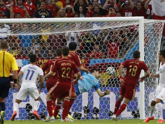 <p> Und wieder schlägt es im spanischen Kasten ein: Charles Aranguiz erzielt das 2:0 für Chile kurz vor der Pause. Foto: Abedin Taherkenareh<br /> 18.06.2014 (dpa)</p>