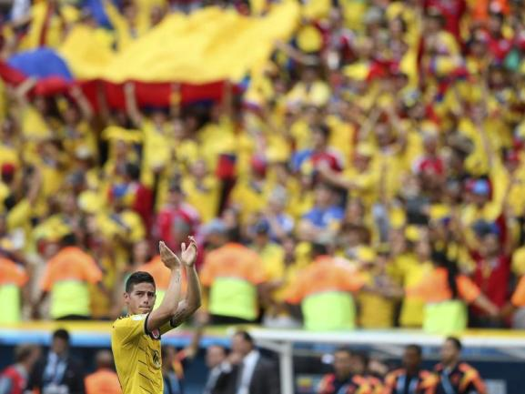 <p> 1:0-Torschütze James Rodríguez ist vor der kolumbianischen Fanwand kaum zu erkennen. Die Kolumbianer gewannen ihr zweites Gruppenspiel mit 2:1 gegen die Elfenbeinküste. Foto: Fernando Bizerra Jr<br /> 19.06.2014 (dpa)</p>