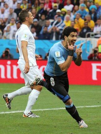 <p> Luis Suarez (r) hat England mit seinen beiden Toren nah ans WM-Aus geschossen und seine Uruguayer zugleich damit im Achtelfinal-Rennen gehalten. Foto:&nbsp;Sebastiao Moreira<br /> 19.06.2014 (dpa)</p>