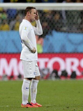 <p> Wayne Rooney steht fassungslos auf dem Platz. Nach den Pleiten gegen Italien und Uruguay stehen seine Engländer bereits in der Gruppenphase vor dem Aus. Foto: Paolo Aguilar<br /> 19.06.2014 (dpa)</p>