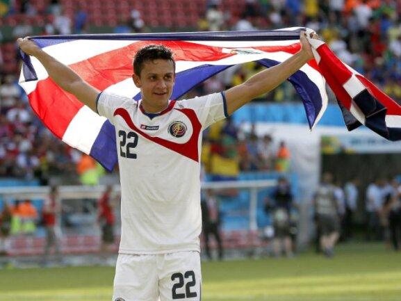 <p> Jose Cubero dreht nach dem 1:0-Sieg gegen Italien eine Ehrenrunde mit der Flagge Costa Ricas. Foto: Yuri Kochetkov<br /> 20.06.2014 (dpa)</p>