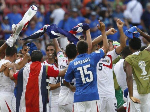 <p> Costa Rica feiert ausgelassen den Achtelfinaleinzug - der ist den Mittelamerikanern nach Siegen gegen Uruguay und Italien nämlich sicher. Foto: Yuri Kochetkov<br /> 20.06.2014 (dpa)</p>