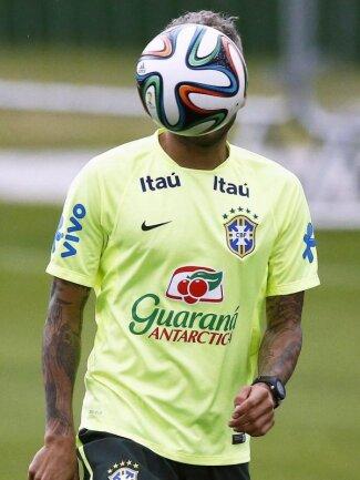 <p> Gerüchten zufolge soll sich das Gesicht des Brasilianers Daniel Alves hinter diesem Ball verbergen. Foto: Marcelo Sayao<br /> 20.06.2014 (dpa)</p>